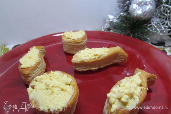 Разложить яичный крем по тарталеткам.