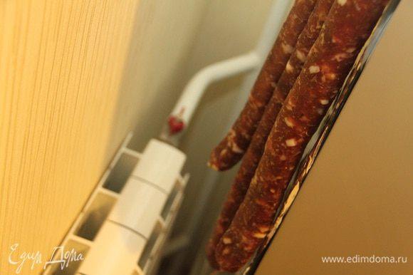 Вот оно, наше укромное местечко, за холодильником, над радиатором...ну вот ведь все секреты вам выдала :-) Вялится колбаса дней пять. Угощайтесь на здоровье!!!
