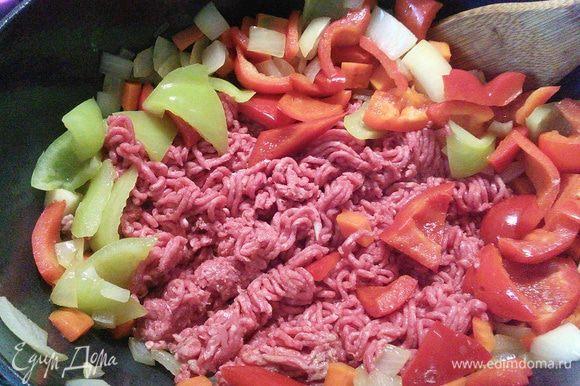 Добавьте фарш. Специи разотрите в порошок в ступке, добавьте тимьян, базилик и кайенский перец. С помидор снимите кожицу (обдав их предварительно кипятком), удалите семена, нарежьте на кубики. Нарежьте 2 зубчика чеснока, остальные оставьте в кожуре, только тщательно вымойте.