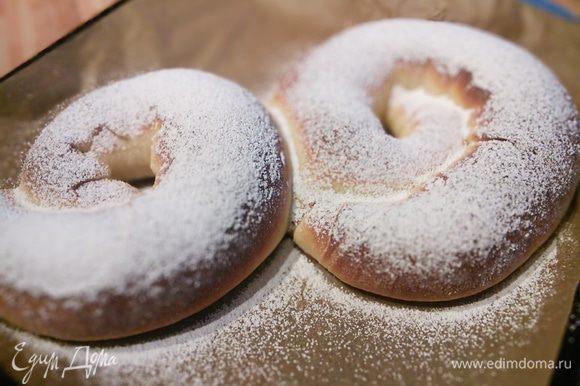 Еще горячие енсаймадас щедро присыпьте сахарной пудрой.