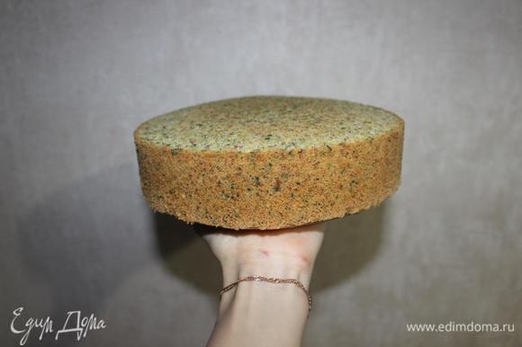 Бисквит полностью остужаем и освобождаем от формы. Если испечь его за день до приготовления торта, то десерт совсем не отнимет у вас много времени. Вот такой ароматный красавец получается.