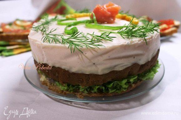 Освобождаем тортик от боковин и украшаем по желанию. Я украсила розочкой из лосося, разрезанным пером зеленого лука, зеленью укропа и зернами кукурузы для контраста. Теперь можно подавать нашу закуску!