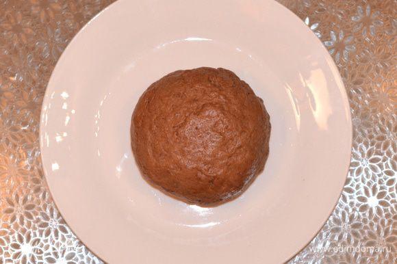 Замесить мягкое тесто. Скатать его в шар, завернуть в пленку и отправить в холодильник на 20 минут.
