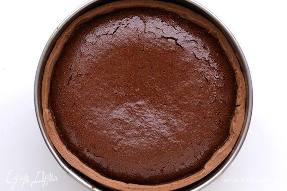 Вылить шоколадную массу в готовую песочную основу, отправить в духовку примерно на 20 минут при 180 градусах. Выпекать до тех пор, пока начинка перестанет покачиваться.