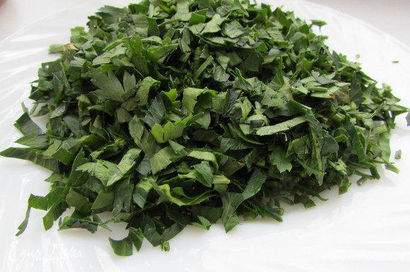 Петрушку хорошо вымыть и обсушить. Отделить зелень от стеблей и мелко нарезать.