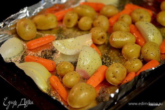 Разогреть духовку до 210 гр. Пока разогревается, оставить противень в духовке. После сигнала, как духовка нагрелась, выложим на горячий противень овощи, сбрызнем оливковым маслом 2 ст.л, посолим и поперчим. Вернем в духовку на 30 мин. Крупный картофель разрезаем на 4-6 частей.