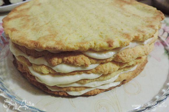 И так чередовать коржи и крем. Готовый торт обмазать сверху и с боков кремом.