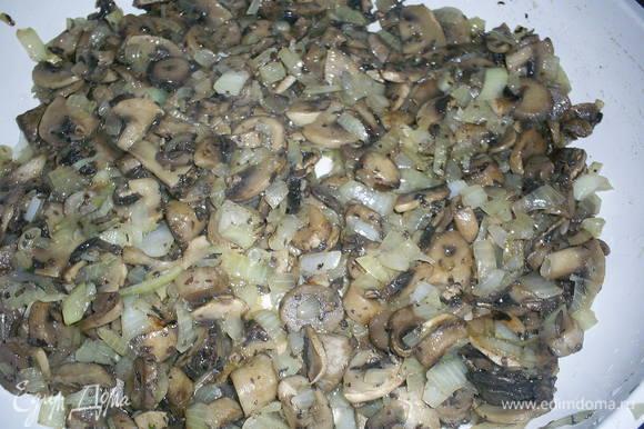 Для грибной начинки шампиньоны обжариваем с луком до золотистого цвета лука. Даем остыть. Начинка обязательно должна быть холодной или слегка теплой.