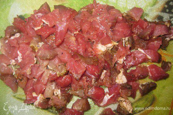 Нарезаем мясо кусочками.