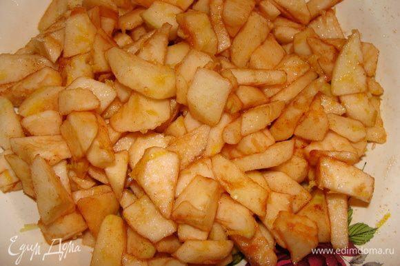 Пока готовиться тесто, сделаем начинку. Яблоки почистить. Нарезать кубиками, посахарить, добавить корицу и лимонную цедру. Яблоки пустят сок, который стечет на дно тарелки.