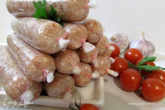 Сосиски хранить в холодильнике. Перед подачей на стол, отварить 15-20 минут, после того как закипит вода. Варить сосиски в пленке.