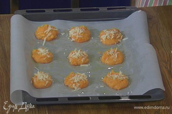 Посыпать биточки оставшимся сыром и запекать под грилем 3 минуты.