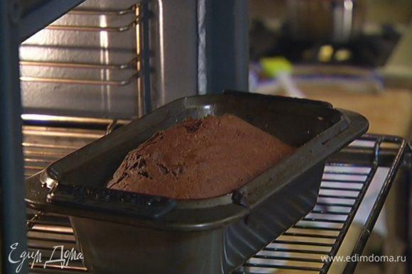 Выпекать кекс в разогретой духовке 20–25 минут.