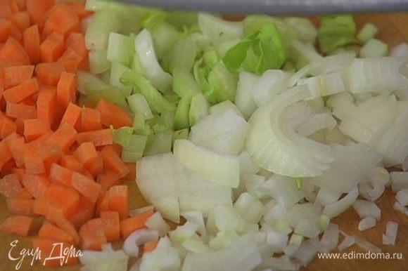 Морковь и лук почистить и нарезать небольшими кубиками.