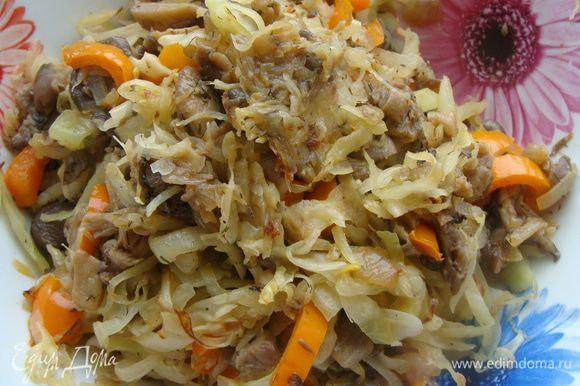 Капусту нашинковать продольными полосками, потушить на сковороде, смазанной растительным маслом. Также до полуготовности. Смешиваем обе овощные смеси.