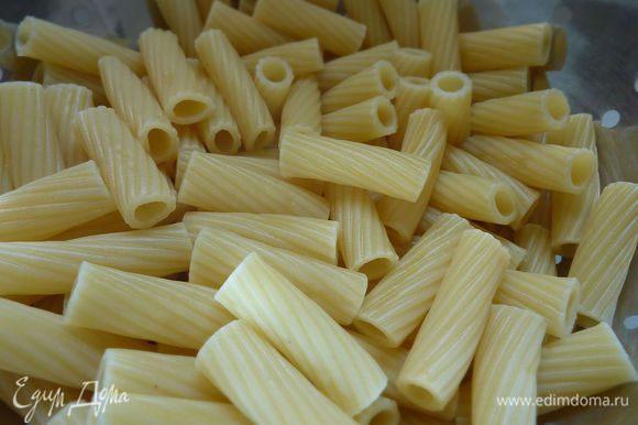 Разогреть духовку на 180 гр. В кастрюле отварить макароны на минуту меньше, чем требует инструкция.