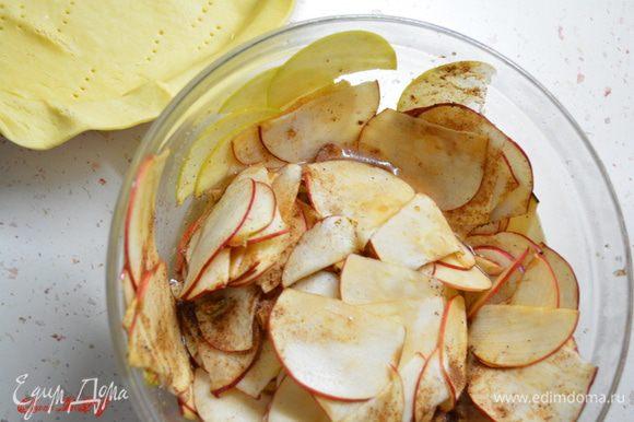 За 2-3 часа до приготовления пирога (можно на ночь) яблоки тонко порезать полукругом. Засыпать сахаром с корицей, добавить сок половинки лимона. Перемешать. Оставить, чтобы яблоки стали мягкими.