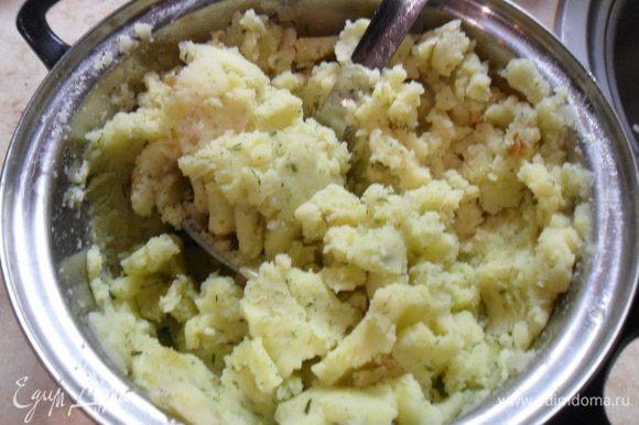 Вторая начинка - отварной картофель, а точнее пюре, с добавлением обжаренного лука и укропа, соли, перца.