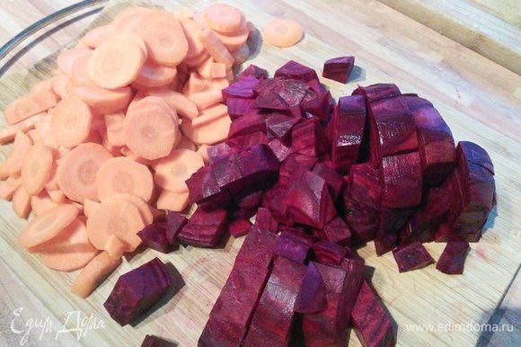 За 35-40 мин до окончания варки добавить нарезанные кубиком примерно 2 х 2 см буряк и морковку, нарезанную кружочком.