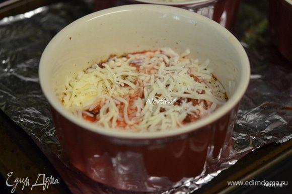 Затем достать из духовки, посыпать сверху протертым сыром. Вернуть на 3-5 мин. или как начнет сыр таять.