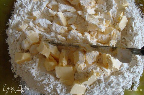 Холодный маргарин порубить на кусочки, затем всыпать их в муку и порубить ножом в муке.