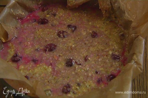 Влить в форму ореховое тесто и перемешать лопаткой так, чтобы некоторые вишенки были видны.