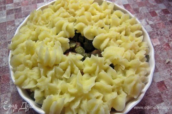 Сверху из корнетика отсадить розочки из пюре, оставив немного места в серединке. В середину аккуратно, чтобы не повредить желток, выбить яйцо. Слегка сбрызнуть растительным маслом и поставить запекаться в духовку до готовности яйца.