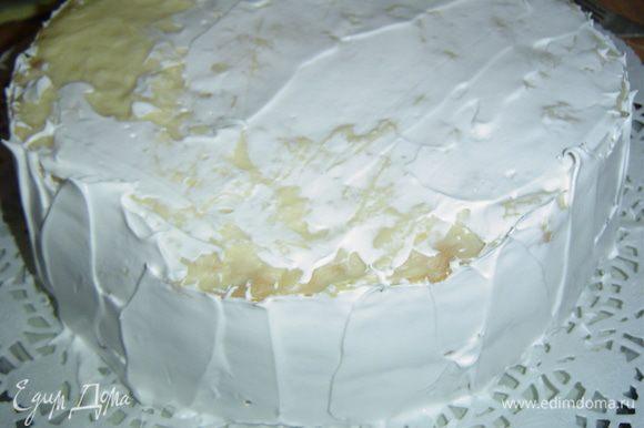 Приступаем к сборке торта. В охлажденный крем добавляем цедру лимона, и, если желаете, сок 0,5 лимона, перемешиваем. Смазываем коржи кремом и отставляем в сторону.