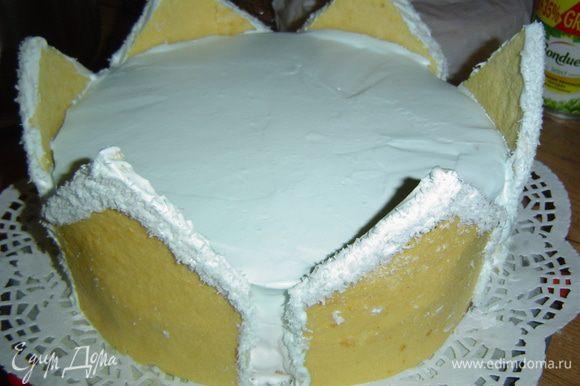 """Эти """"домики"""" (их получается 6 штук) размещаем вокруг торта и прижимаем немного, они хорошо прилипают. Между """"домиками"""" оставляем небольшие зазоры."""