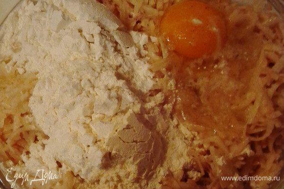 Очищенный картофель натереть на терке, посолить, поперчить по вкусу, добавить яйцо и муку. Все смешать и выложить смесь ровным слоем на смазанную маслом разогретую сковороду. Накрыть крышкой и оставить на небольшом огне на 8-10 минут.