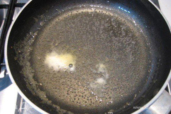 В сотейнике смешать сок и сахар, довести до кипения и варить на слабом огне 2 - 3 минуты.
