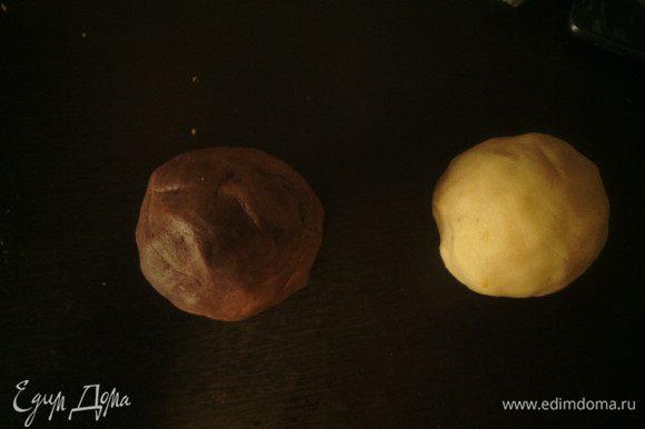 В одну часть теста добавить теплый шоколад, замесить тесто. В другую часть натереть цедру лимона и вымесить тесто.
