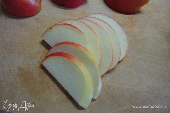 Нарезать яблоки тонкими ломтиками и сбрызнуть лимонным соком.