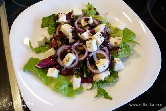 Для заправки смешиваем оливковое масло, бальзамический уксус, соль, перец и мелко нарезанные листья базилика. Слегка взбиваем вилкой и выливаем сверху на салат. Приятного аппетита!