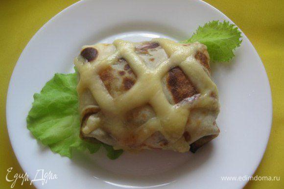 Включаем верхний жар и выпекаем 10 минут, пока не расплавится сыр.