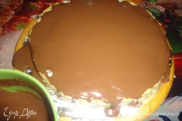 Полностью остывший тарт залить сверху ганашем и поставить в холодильник минимум на 2 часа.