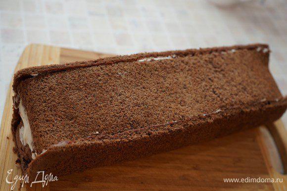 Накрыть второй полоской бисквита. Осторожно прижать коржи к крему, приклеивая донышко. Рулет хорошо охладить.