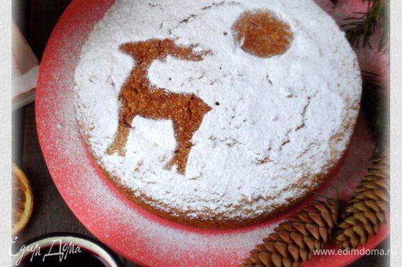 Пирог присыпать сахарной пудрой.