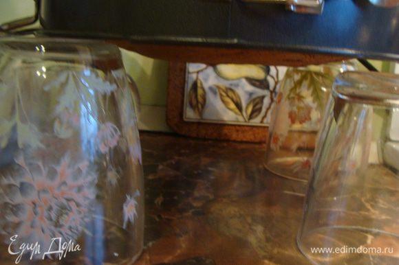 Выливаем бисквит в форму 24 см, застеленную пергаментом. Выпекаем при температуре 180гр около 45-50 минут. Вынимаем, переворачиваем форму, ставим ее на стаканы до полного остывания.