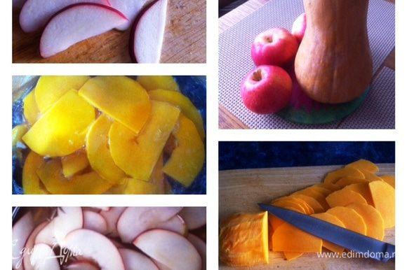 Ставим кастрюлю на плиту, варим сироп из сахара с водой и добавляем корицу и ванилин по вкусу. Разрезаем яблоко пополам, очищаем от семян и нарезаем тонкими пластинами. Очищаем тыкву, нарезаем тонкими пластинами по размеру как и яблоко. Варим в сиропе порциями тыкву, яблоко. Достаем шумовкой и оставляем остывать.