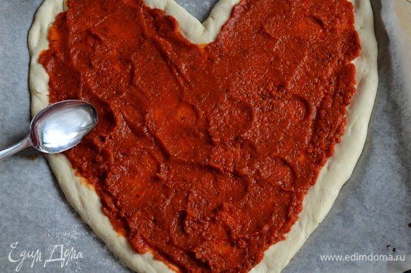 Подготовленное тесто для пиццы, смазать томатным соусом.