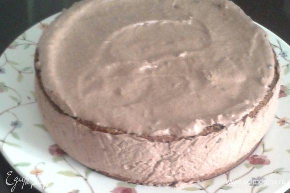 Закройте торт, охлаждайте в холодильнике пока начинка из мусса не застынет.