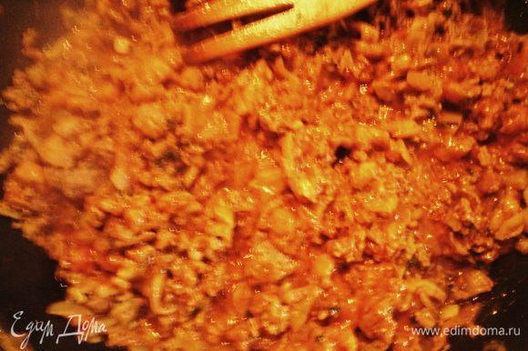 Мякоть баклажана нарезать кубиками, мелко нарезать лук, чеснок, кориандр. В сковороду налить оливковое масло, все овощи сложить, готовить на медленном огне (накрыть крышкой) 20 мин. По истечении времени добавляем фарш, специи, томатный соус. Накрываем крышкой и готовим ещё 15 минут.