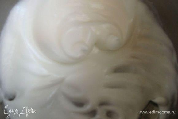 Взбить белки с оставшимся сахарным песком (10г) в стойкую пену, но не слишком крепкую.