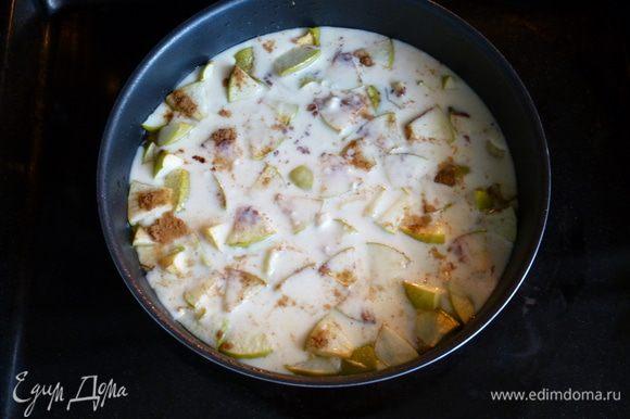Выливаем тесто в форму к яблокам. Запекаем еще 25-30 минут до золотистого цвета. Готовый пирог-блин посыпаем сахарной пудрой. Приятного аппетита!