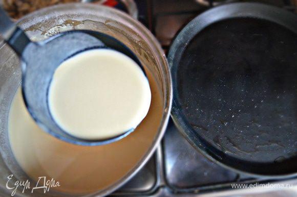 Пожарьте блины до подрумянивания. Перед первым блином я всегда смазываю сковороду растительным маслом, ну а уже потом нет в этом необходимости, так как в состав теста входит 1 ст. л. растительного масла и этого достаточно, чтобы блины не прилипали и снимались со сковороды без проблем.
