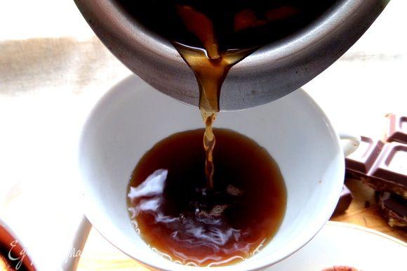 Наливаем в чашку (хватит на две кофейных или одну кружку), стараясь, чтобы кусочки имбиря не проскочили!