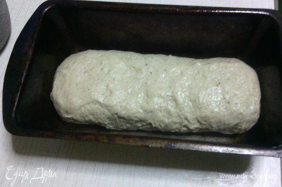 На столе присыпанном мукой, из теста сформировать булку, положить в форму (или на противень, застеленный пергаментом, если вы хотите подовый хлеб). Прикрыть сверху полотенцем и оставить на последнюю расстойку на 1 час.