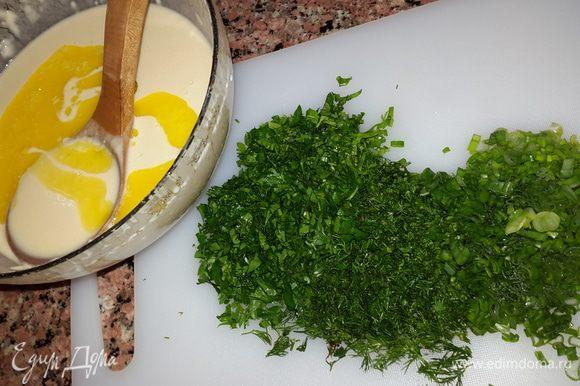 Соединяем с яйцами просеянную муку и воду, перемешиваем миксером. Добавляем в тесто растопленное сливочное масло. Зелень мелко рубим.