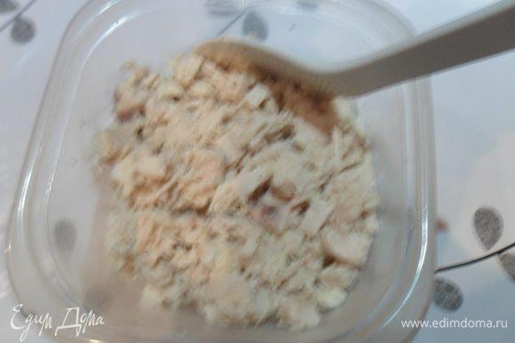 Третья начинка. На сковороду вливаем чуть растительного масла и выдавливаем чеснок, как только пойдет аромат, кидаем нарезанную кубиками отварную грудку. Чуть обжариваем и добавляем сметану. Солим, перчим томим еще 1 минуту. Готово.